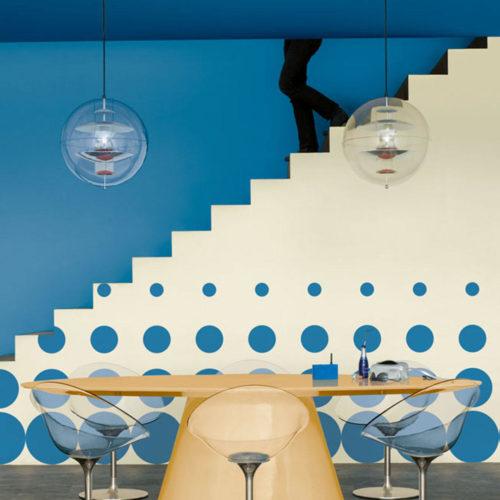popart trappa blå prickar globe
